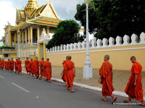 Monks-in-front-of-the-Royal-Palace